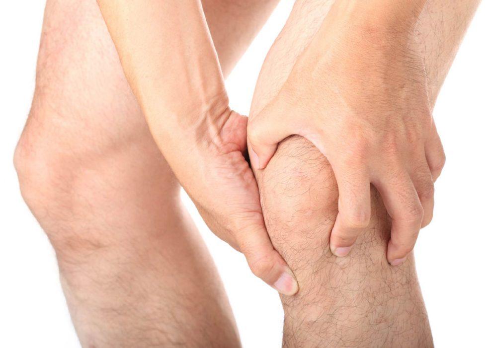 articulațiile picioarelor și ale genunchilor se croiesc