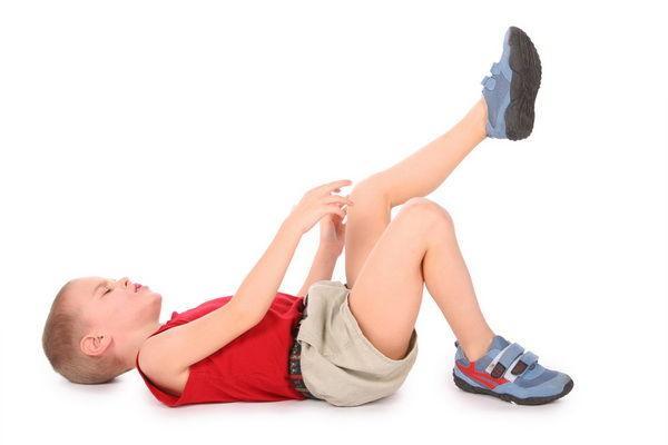 copilul se plânge de durere în articulațiile picioarelor